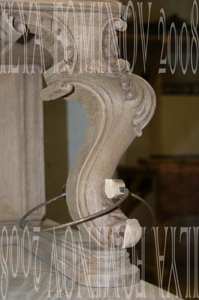 Реставрация резной опоры буфета. Фиксация струбциной из пружины.