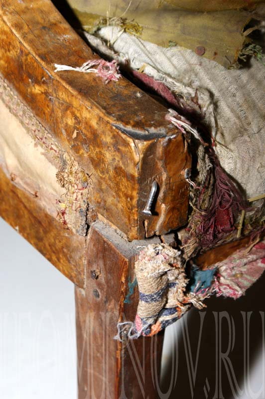 Локотник дивана до проведения реставрационных работ.