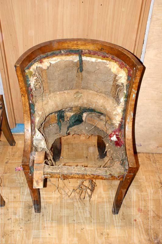 Второе кресло из гарнитура.