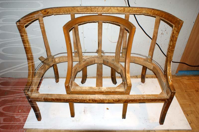 Диван и кресло после снятия старой обивки.