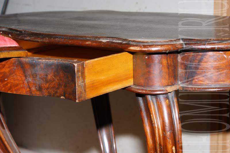 Выдвижной ящик столика и профиль столешницы до реставрации.