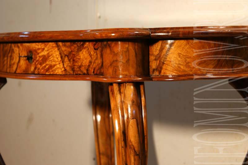 Тот же фрагмент орехового стола после реставрационных работ.