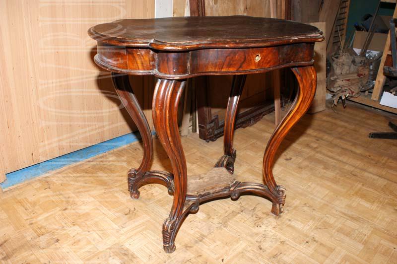 Ореховый столик в стиле рококо до реставрации.