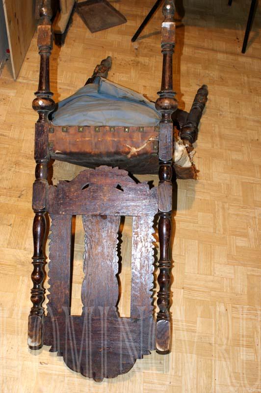 Старинный стул до ремонта. Вид сзади.