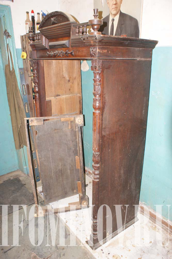 Резной старинный шкаф до реставрации