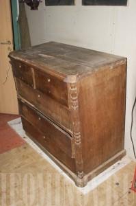 Реставрация старого комода. Необходимо заменить шпон на ящиках. Укрепить конструкцию комода. Заменить лаковое покрытие.