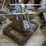 конструкция стола зафиксирована с помощью струбцин.