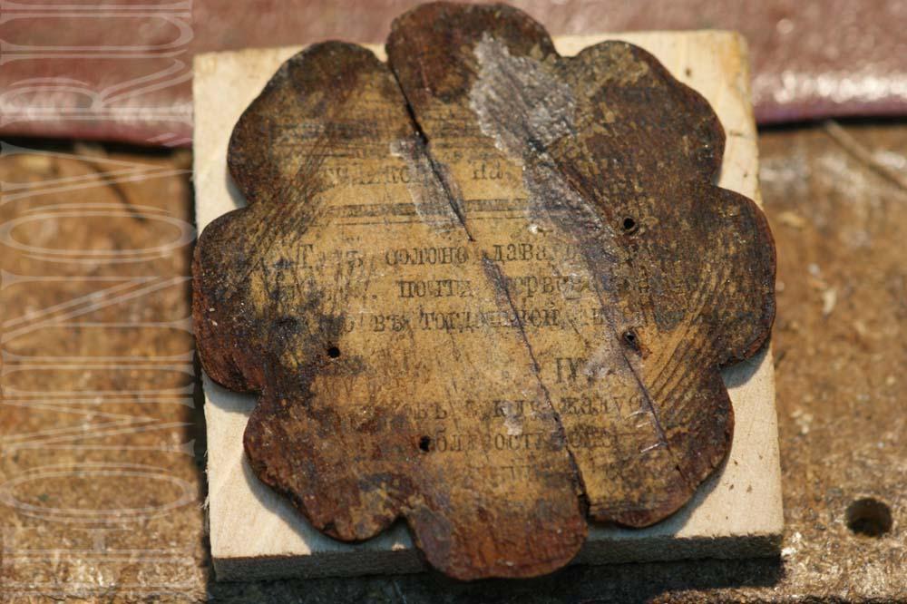 Декоративный цветок со следами старой газеты