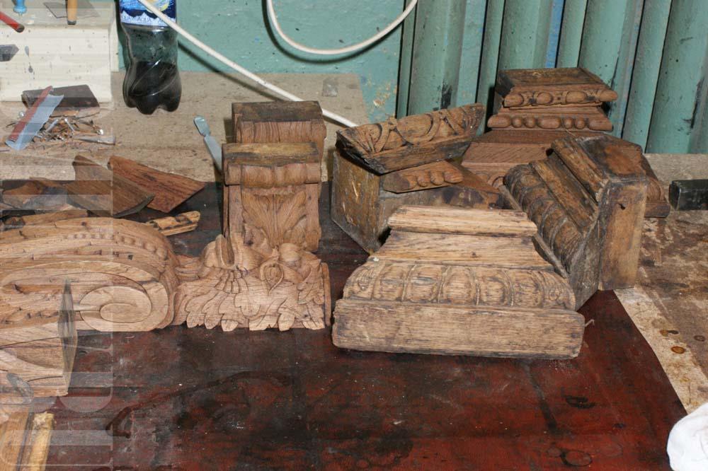 Детали резного декора после снятия старого лакового покрытия.