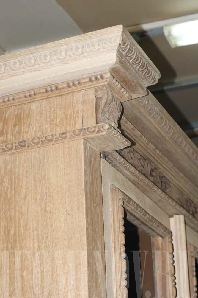 Часть восстановленного бокового карниза и дверок буфета.