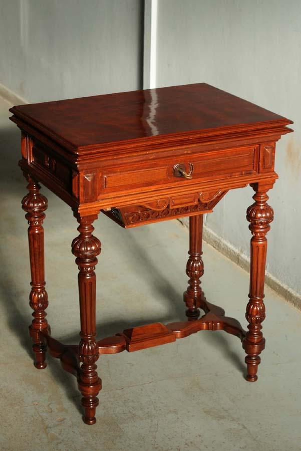 Столешница стола для рукоделия в разложенном виде.