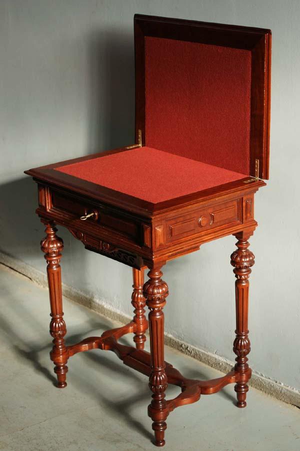 Рукодельный ломберный столик с сукном.