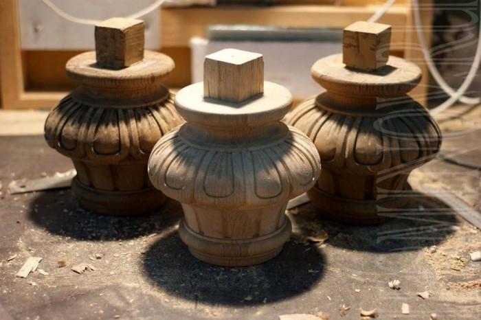 Выточенная форма с резьбой. Остальные три ножки стола были отреставрированы, укреплены.