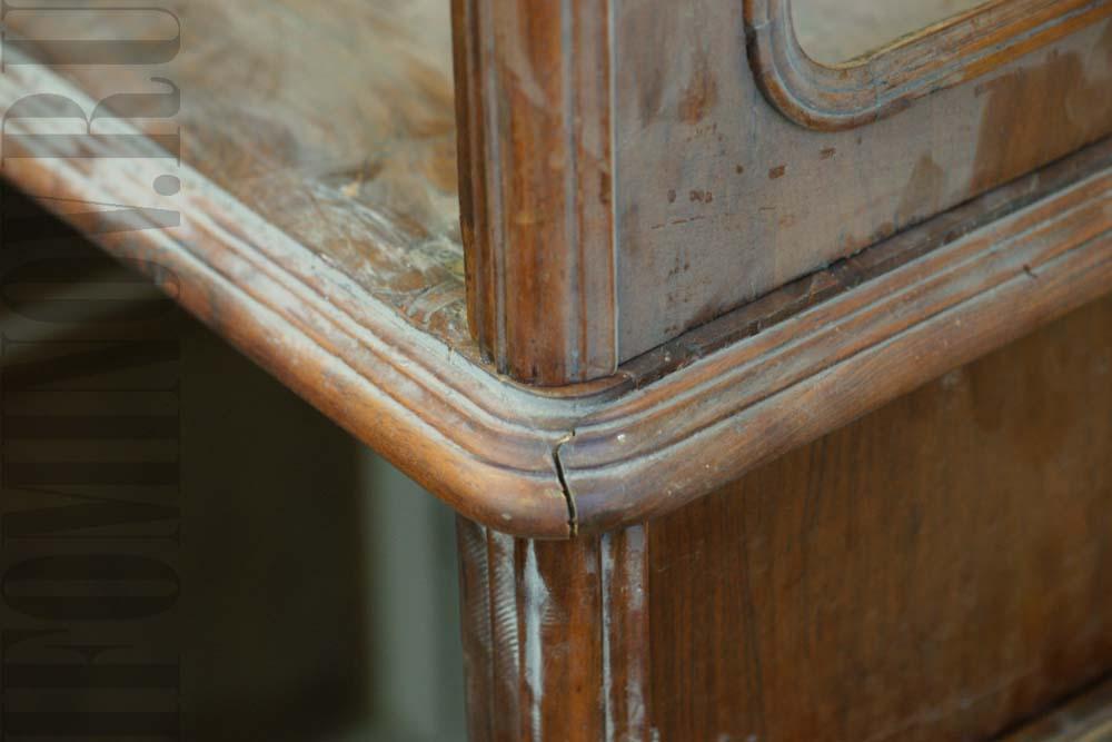 Устранение сколов и трещин на поверхности старинной мебели.