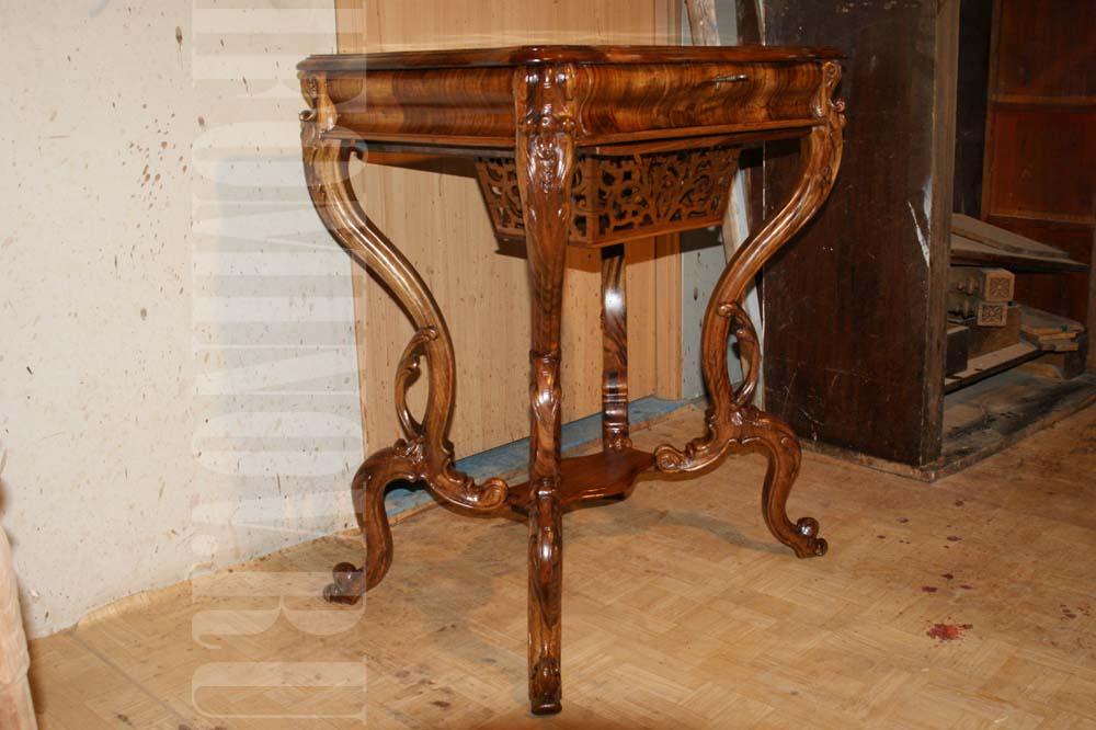 Отреставрированный ореховый столик.