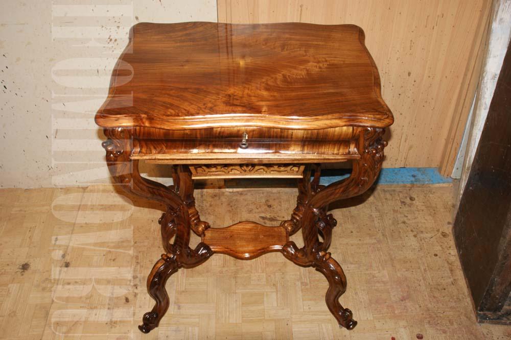 Ореховый полированный столик после реставрации.