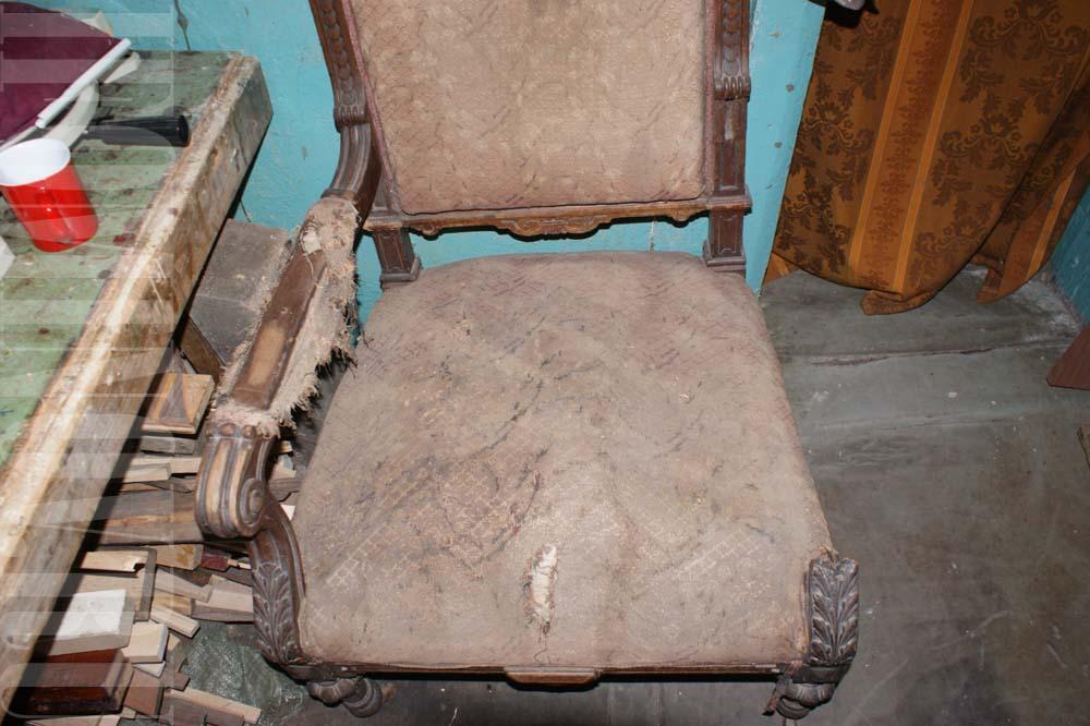 Одно из кресел до реставрации. Отсутствует подлокотник и фрагменты других деталей конструкции.