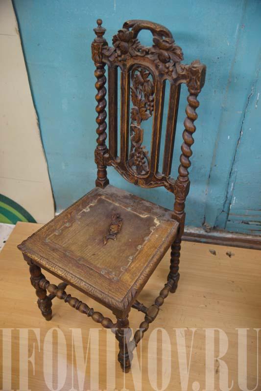 Старинный дубовый стул до реставрации.