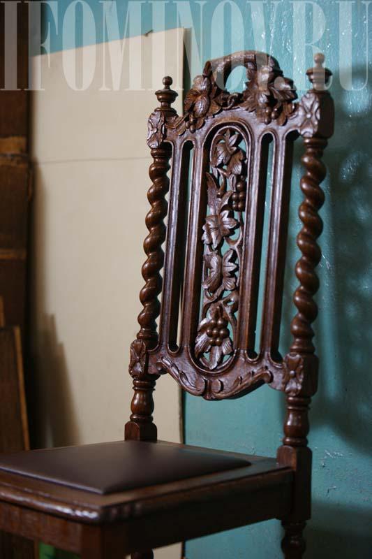 Дубовый резной стул посте реставрации в мастерской.