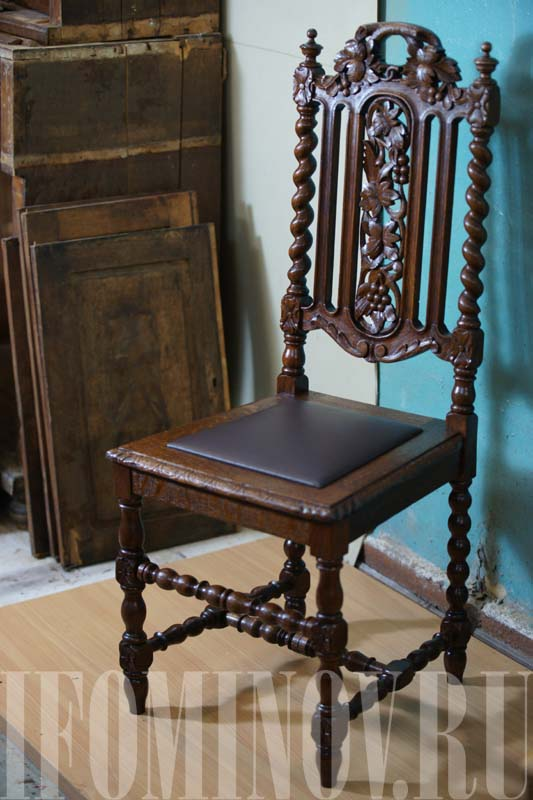 Дубовый резной стул с кожей после реставрации. Реставратор мебели.