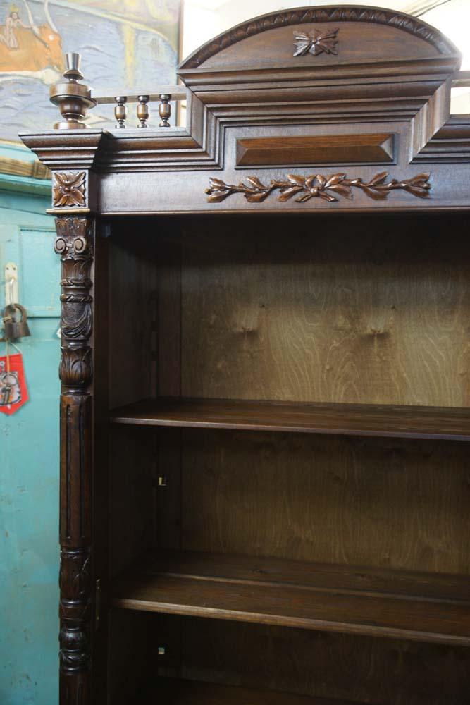 Внутри шкафа при полки.