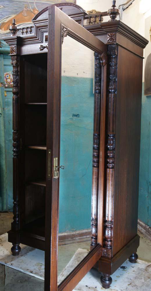 Зеркало для старого антикварного отреставрированного шкафа.