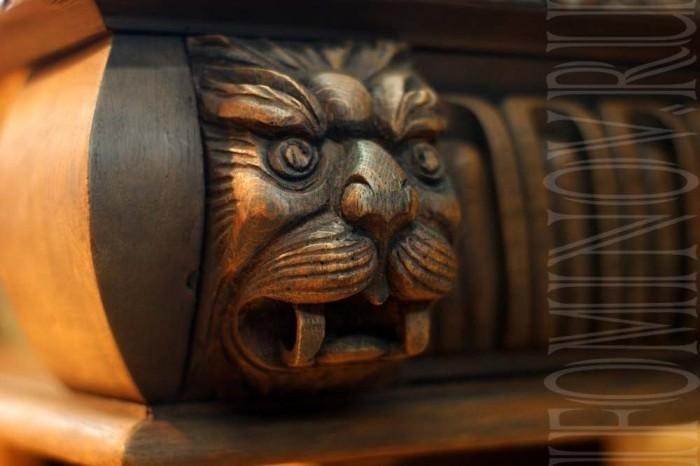 Вырезанная голова льва на своем месте в декоре стола