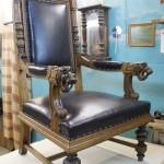 Кресло трон с резьбой на подлокотниках.