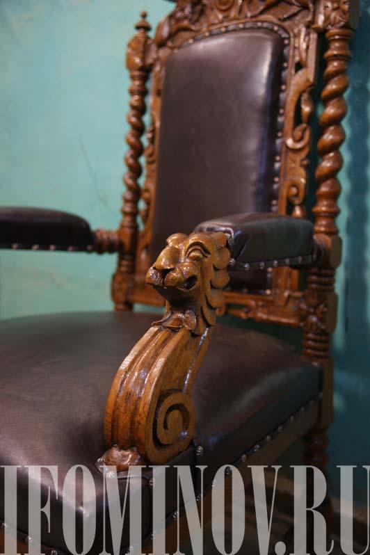 Подлокотники кресла трона с львиными головами