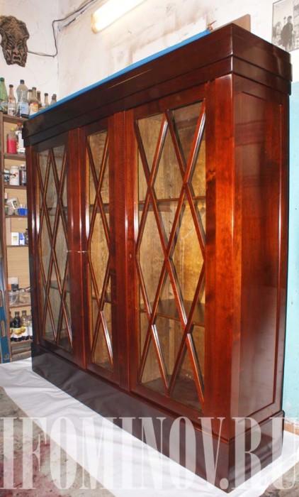 Антикварный шкаф красного дерева после реставрационных работ